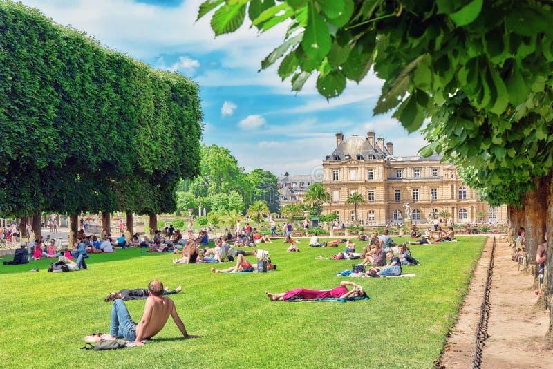 PARÍS, FRANCIA - 8 DE JULIO DE 2016: Parisians y los turistas tienen un re foto de archivo libre de regalías