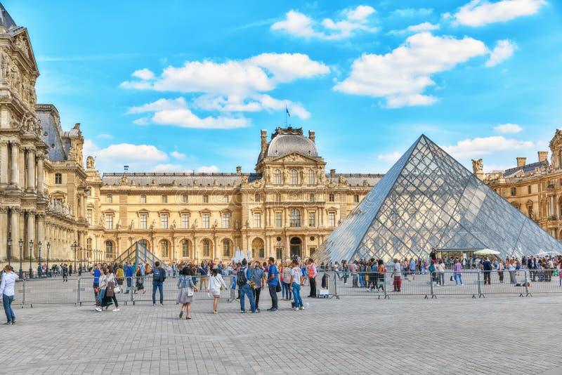 PARÍS, FRANCIA - 6 DE JULIO DE 2016: Pirámide de cristal y el mus del Louvre fotografía de archivo libre de regalías