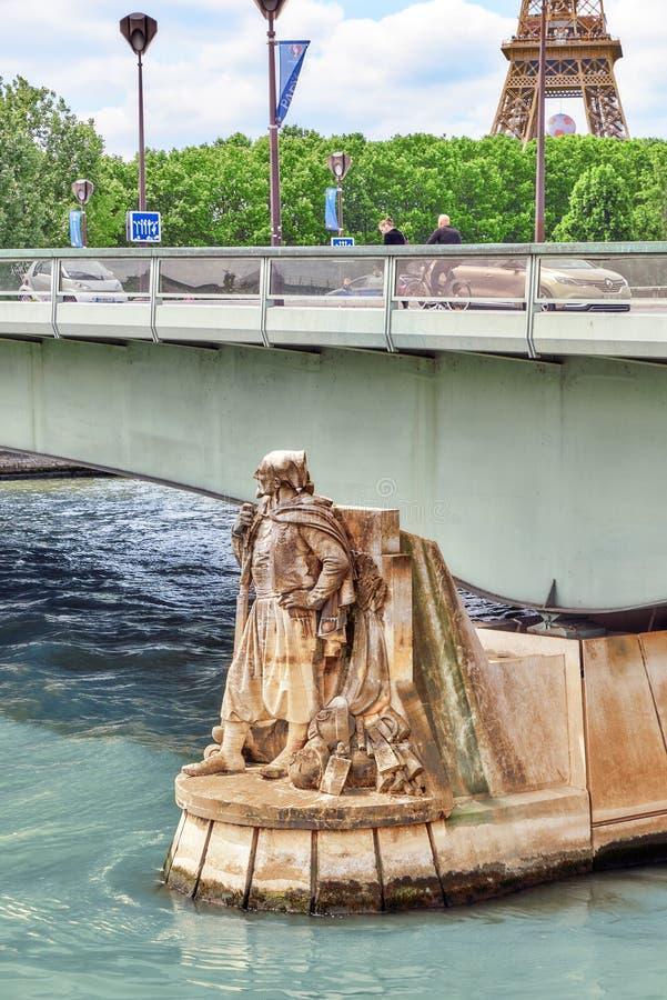 PARÍS, FRANCIA - 6 DE JULIO DE 2016: Pont de l ` Alma Alma Bridge en E imagenes de archivo