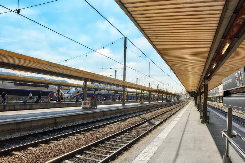 PARÍS, FRANCIA - 9 DE JULIO DE 2016: Tren de alta velocidad en el R del norte fotos de archivo libres de regalías
