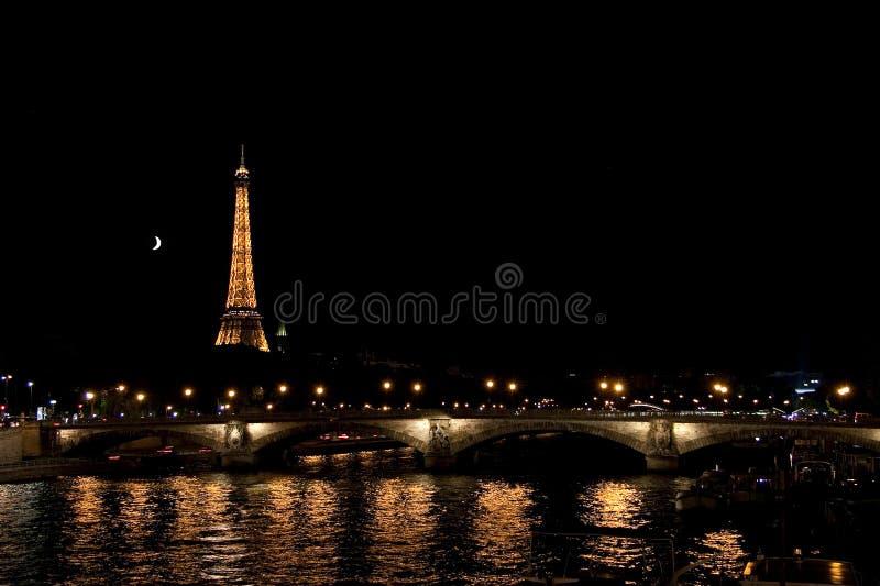 PARÍS, FRANCIA - 18 DE JULIO DE 2010: Vista al puente, torre Eiffel fotos de archivo libres de regalías