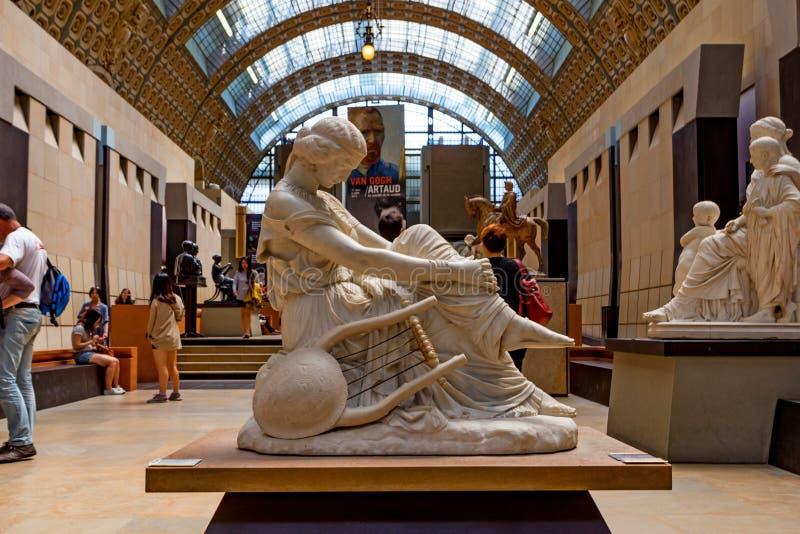 PARÍS, FRANCIA - 6 DE JUNIO DE 2014: Estatua de la musa dentro del museo D 'Orsay en París foto de archivo libre de regalías