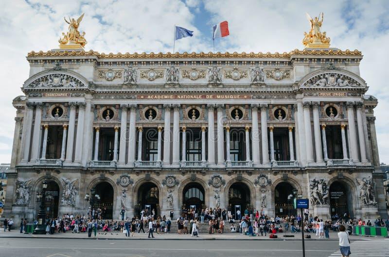 PARÍS, FRANCIA - 25 DE JUNIO DE 2016: Gente en el fron de la ópera de nacional París El Palais Garnier construyó en 1861-1875 Dis foto de archivo libre de regalías