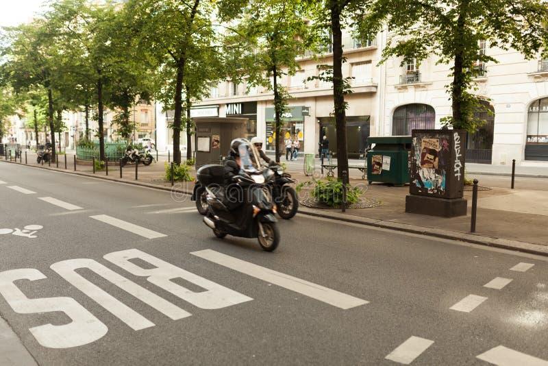 París, Francia 2 de junio de 2018: Muestra del autobús en el camino foto de archivo