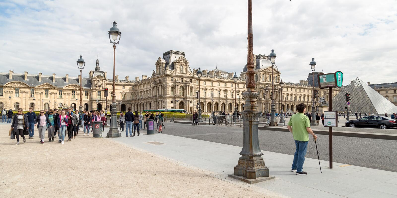 París, Francia - 28 de marzo de 2017: El museo del Louvre en París en un día de verano hermoso imagenes de archivo