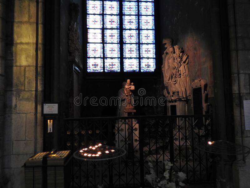 París, Francia - 31 de marzo de 2019: Tiro ancho del interior de la catedral de Notre Dame, París, Francia fotografía de archivo