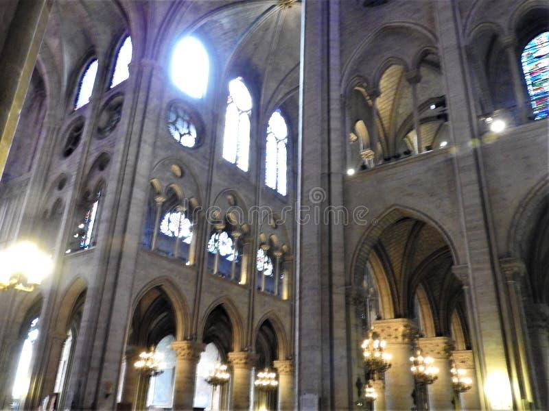 París, Francia - 31 de marzo de 2019: Tiro ancho del interior de la catedral de Notre Dame, París, Francia foto de archivo libre de regalías