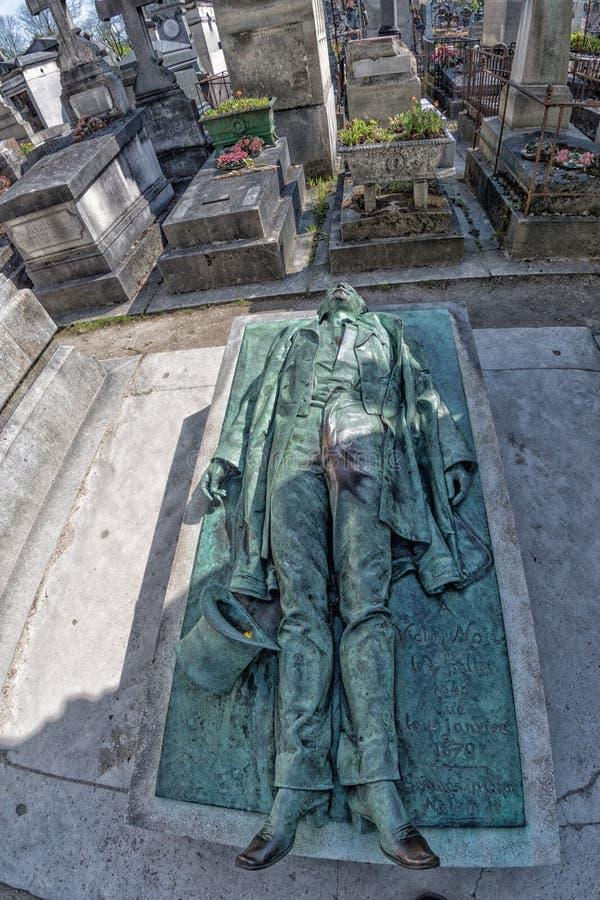 PARÍS, FRANCIA - 2 DE MAYO DE 2016: Sepulcro de Victor Noir en fundador homeopaty del cementerio de Pere-Lachaise fotografía de archivo