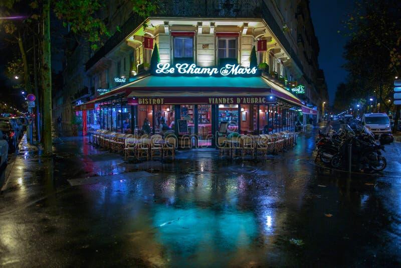 PARÍS, FRANCIA - 24 DE NOVIEMBRE DE 2015: Café del Champ de Mars del Le en París, franco imágenes de archivo libres de regalías