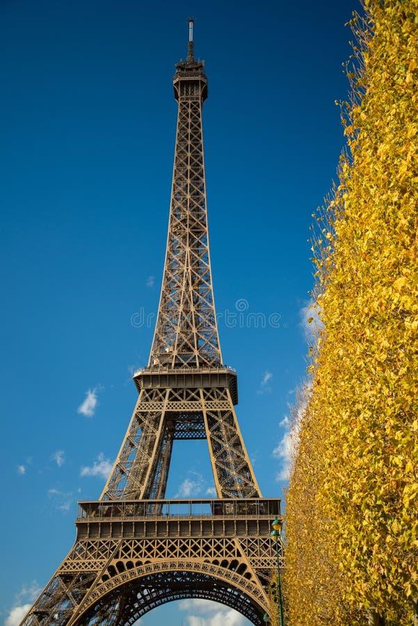 PARÍS, FRANCIA - 9 de noviembre de 2014 torre Eiffel sobre el cielo azul y fotografía de archivo
