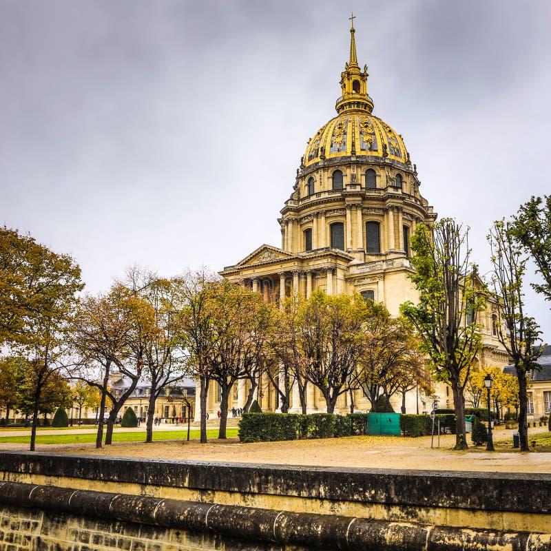 PARÍS, FRANCIA - 11 DE NOVIEMBRE DE 2017: Lugares y edificios famosos de París en la tarde lluviosa del otoño en París, Francia e imagen de archivo libre de regalías