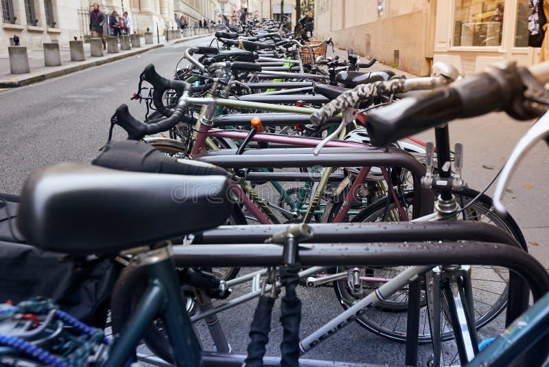 París, Francia - 24 de octubre de 2017: Escena urbana Bicicletas parqueadas cerca de la universidad de Sorbonne fotos de archivo