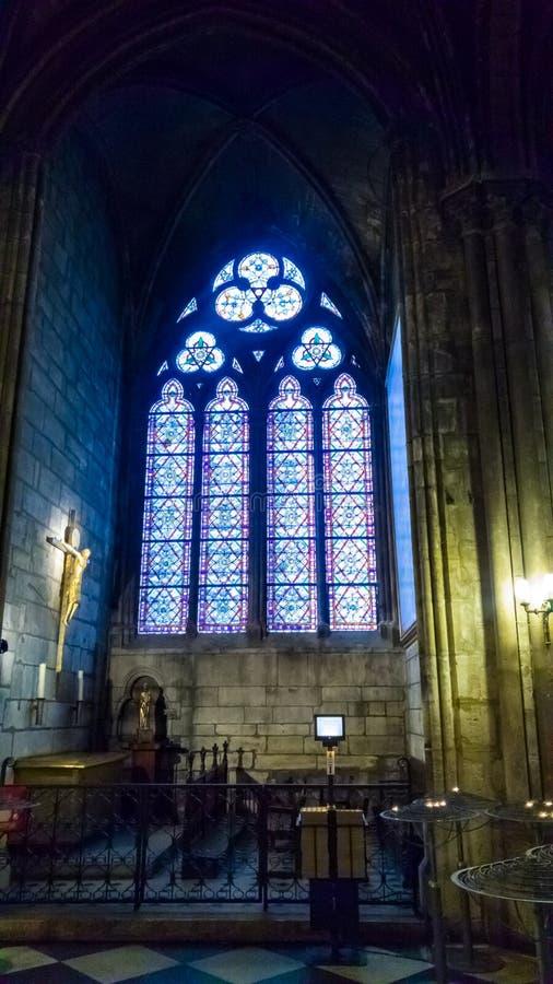 PARÍS, FRANCIA - 17 DE OCTUBRE DE 2016: Notre Dame de Paris Cathedral, vista interior de columnas y del vitral de la catedral imagen de archivo libre de regalías