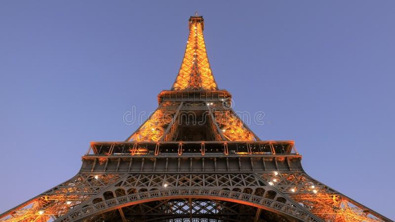 PAR?S, FRANCIA 20 DE SEPTIEMBRE DE 2015: vista ascendente cercana de la torre Eiffel y de la exhibici?n ligera, Par?s, fotos de archivo libres de regalías