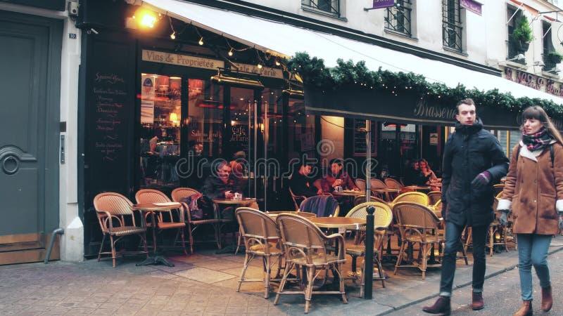 PARÍS, FRANCIA - DICIEMBRE, 31, 2016 Camine a lo largo de la cervecería parisiense hermosa, pequeño restaurante, con los toldos imágenes de archivo libres de regalías