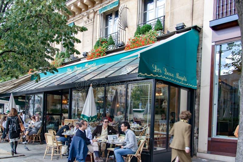 PARÍS, FRANCIA, EL 25 DE ABRIL DE 2016 Les Deux Magots, café famoso en el área Santo-Germán-DES-Prés fotos de archivo libres de regalías