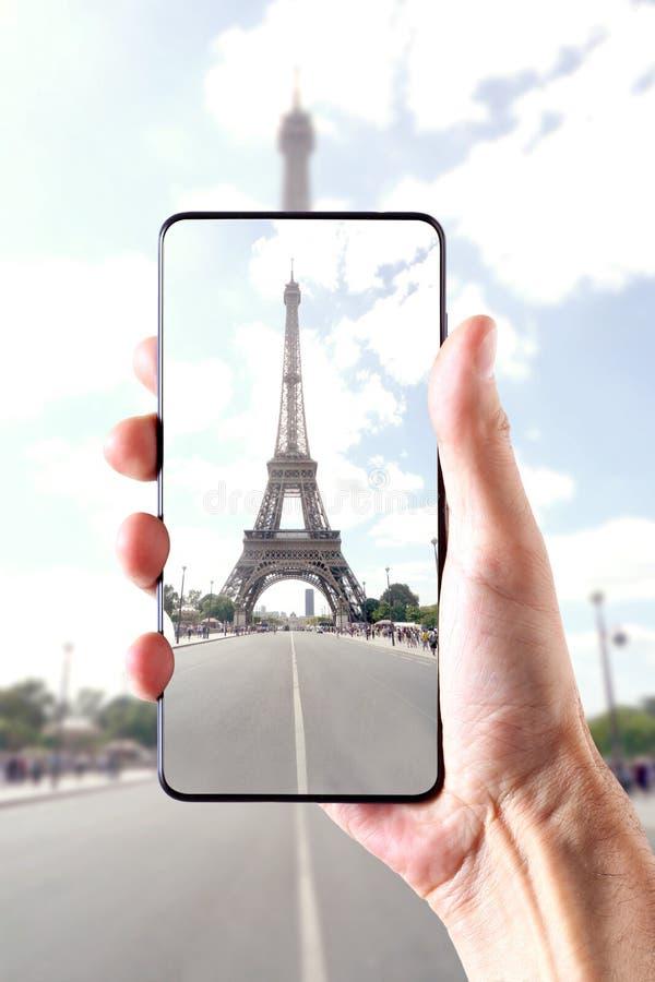 París, Francia, el 17 de agosto de 2018: opinión sobre el viaje Eiffel, mano masculina que lleva a cabo un marco del smartphone l fotos de archivo libres de regalías
