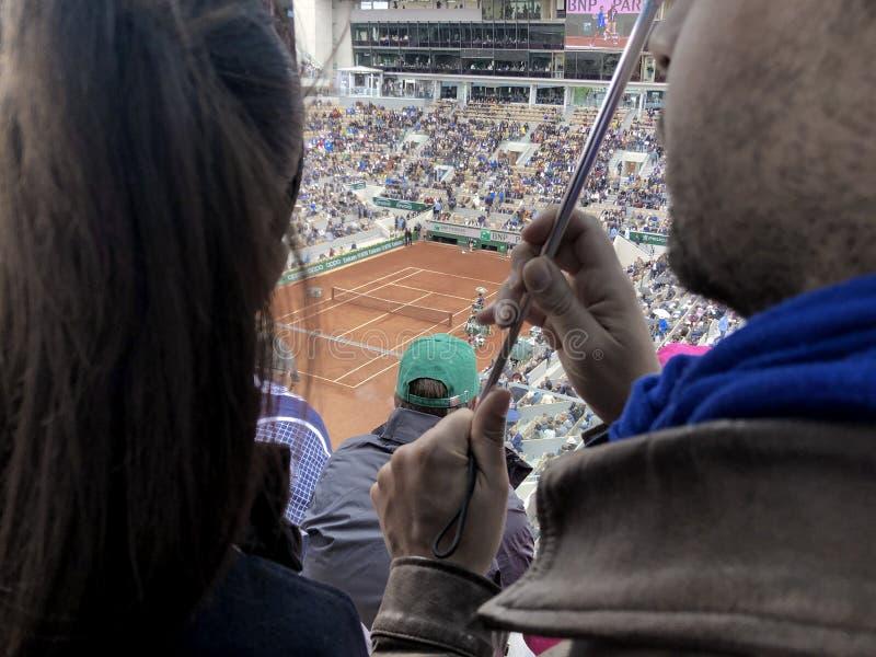 PARÍS, Francia, el 7 de junio de 2019: Corte Philippe Chatrier del torneo abierto de Grand Slam del francés, bajo la lluvia antes foto de archivo