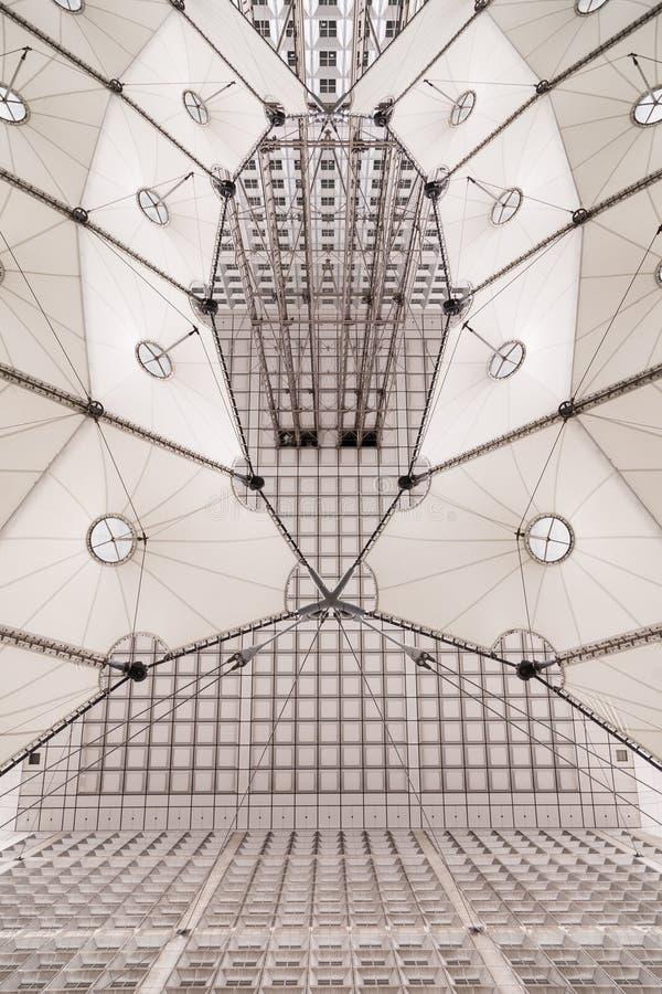 París, Francia, el 31 de marzo de 2017: Construcción de Chrome de las elevaciones del Grande Arche en el La Dfense en París fotografía de archivo