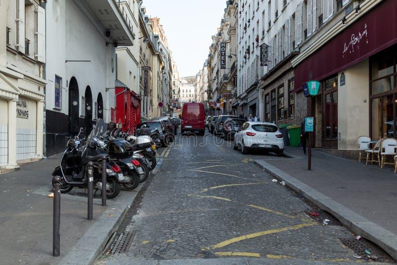 París, Francia, el 26 de marzo de 2017: La opinión sobre el estrecho cobbled la calle entre edificios parisienses tradicionales e imagen de archivo