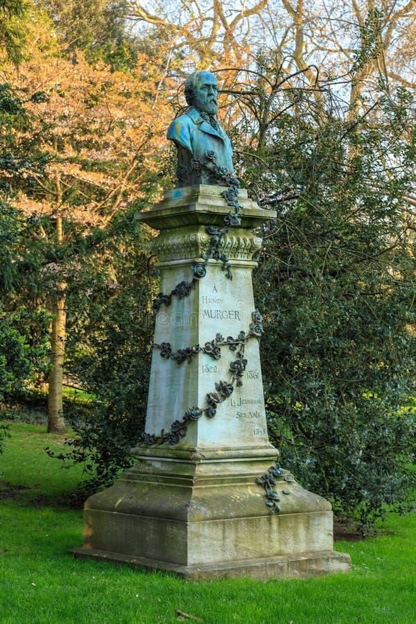 París, Francia, el 27 de marzo de 2017: Estatua de Henry Murger en los jardines históricos Jardin du de Luxemburgo del jardín del foto de archivo libre de regalías