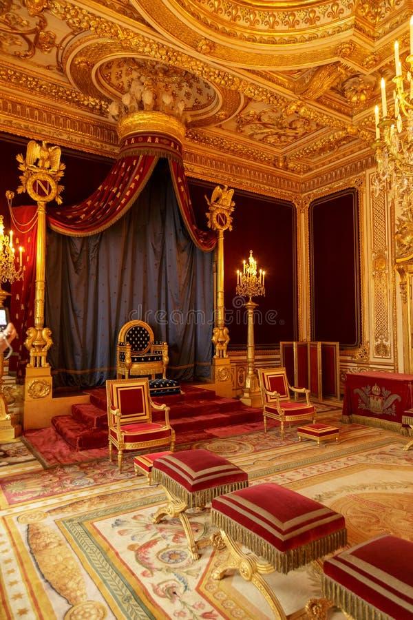 París, Francia, el 31 de marzo de 2017: Interiores del palacio de Fontainebleau El cuarto del trono El castillo francés era uno d fotos de archivo