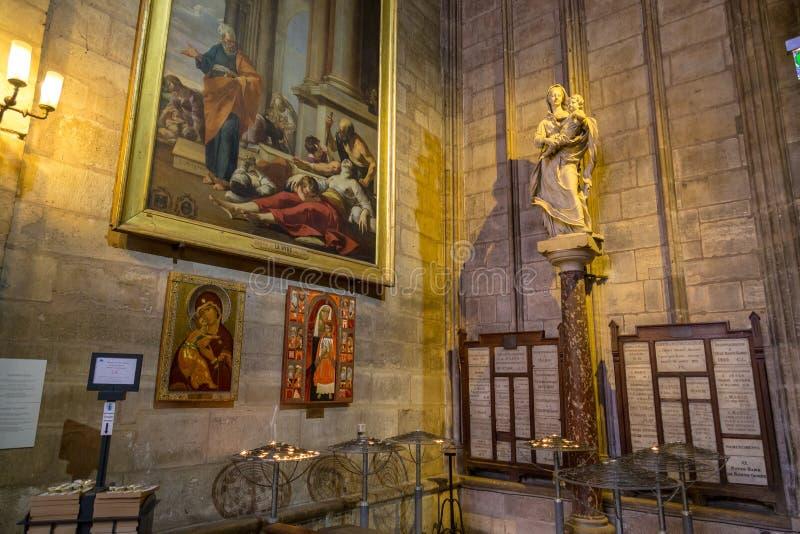 París, Francia, el 27 de marzo de 2017: Notre Dame de Paris Cathedral Interior el 1 de julio de 2013 La construcción de Notre D foto de archivo