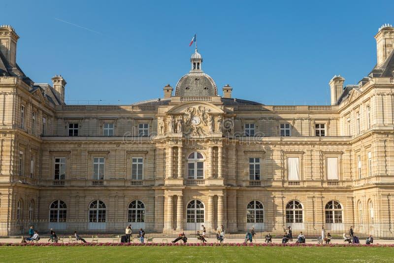 París, Francia, el 27 de marzo de 2017: El palacio de Luxemburgo era la residencia real de Marie de Medici regente Ha sido fotos de archivo