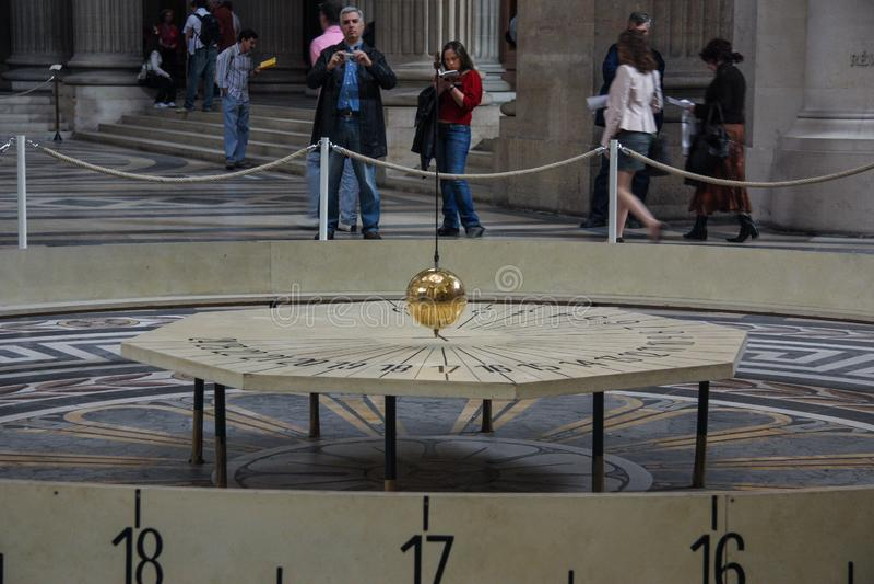 05 03 2008, París, Francia El péndulo de Foucault en el panteón de París fotos de archivo