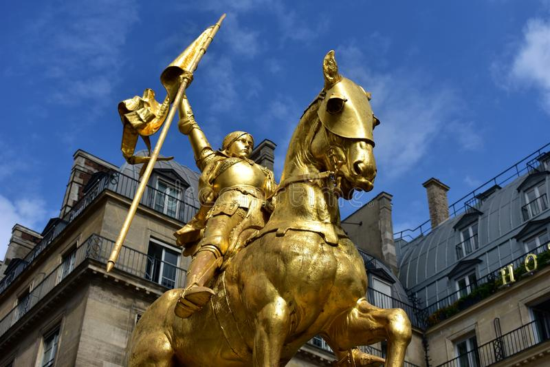 París, Francia Estatua de oro de Juana de Arco Cielo azul con las nubes foto de archivo libre de regalías