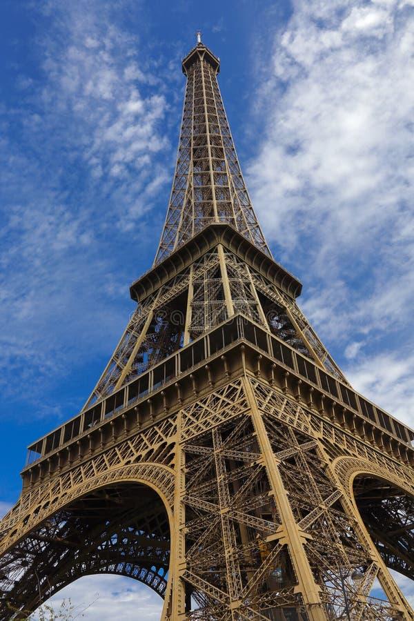 PARÍS, FRANCIA, EUROPA - torre Eiffel y cielo azul con las nubes, París, Francia - 24 de julio de 2015 foto de archivo libre de regalías