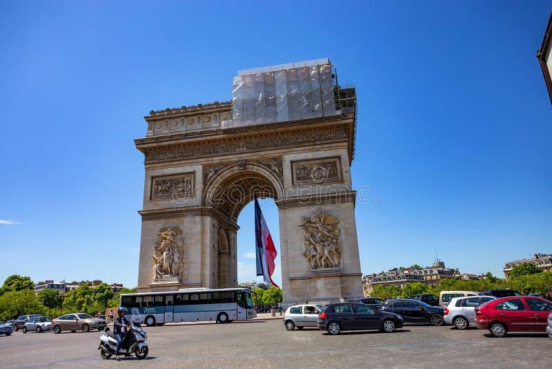 PARÍS, FRANCIA - JUNIO DE 2014: Arc de Triomphe imagen de archivo libre de regalías