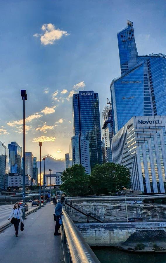 París, Francia, junio de 2019: Distrito financiero de la defensa del La en la puesta del sol foto de archivo libre de regalías