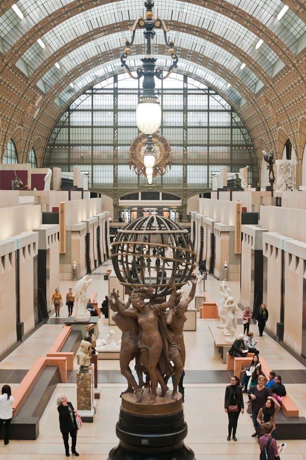 PARÍS, FRANCIA - NOVIEMBRE 9,2017: Interior del pasillo principal de Musee d 'Orsay en París, sabido para su arquitectura en el G imágenes de archivo libres de regalías
