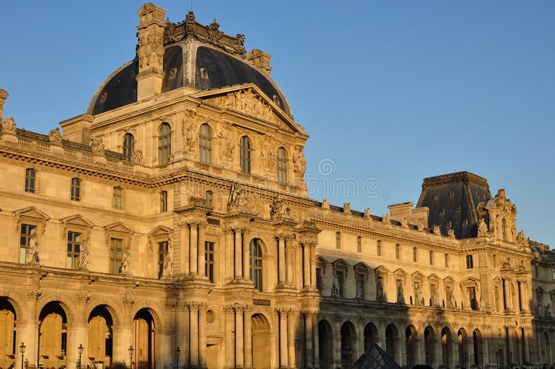 París, Francia - 02/08/2015: Vista del museo del Louvre foto de archivo libre de regalías