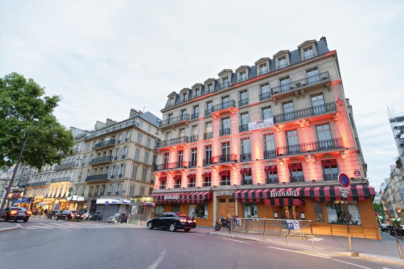 PARÍS - JUNIO DE 2014: Turistas en la puesta del sol a lo largo de las calles de la ciudad parís imagenes de archivo