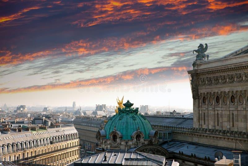 parís La opinión superior sobre una puesta del sol sobre la ópera imagen de archivo libre de regalías