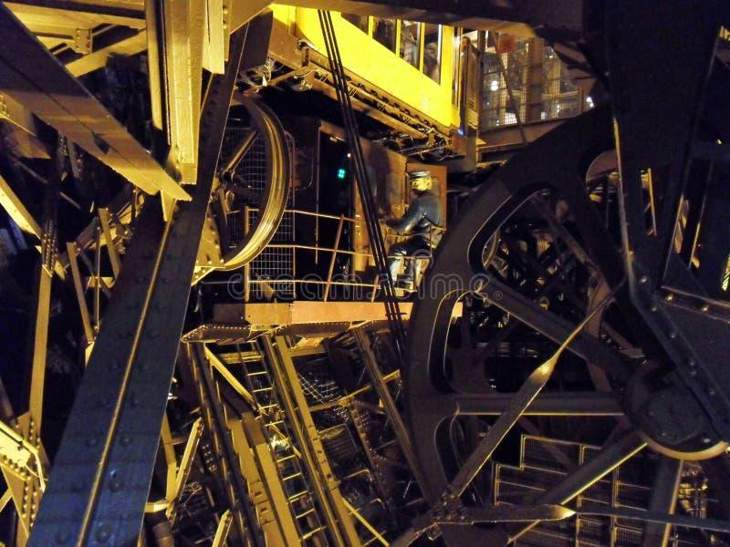 París - los mecanismos de la elevación de la torre Eiffel imagen de archivo