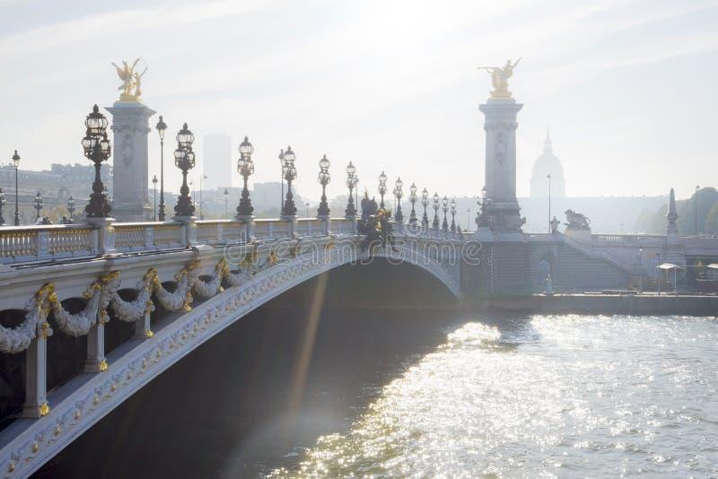 París, Pont Alejandro III (puente de Alejandro III) por una mañana del otoño fotos de archivo libres de regalías