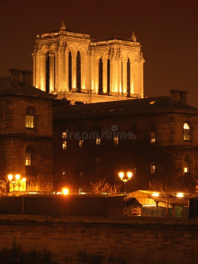 París por noche - torres de la catedral de Notre Dame foto de archivo