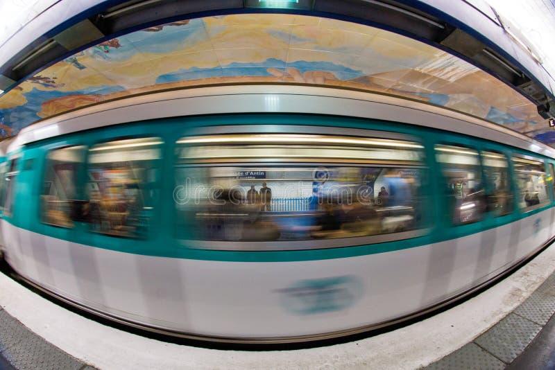 París subterráneo: tren en el movimiento imagen de archivo libre de regalías