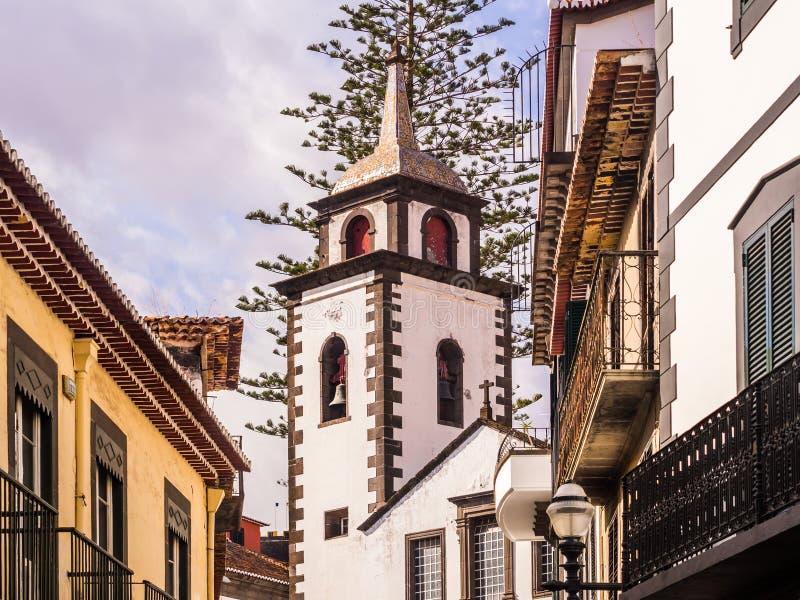 Paróquia do Sao Pedro em Funchal, a capital da ilha de Madeira, Portugal, como visto de Rua DAS Preta fotos de stock royalty free