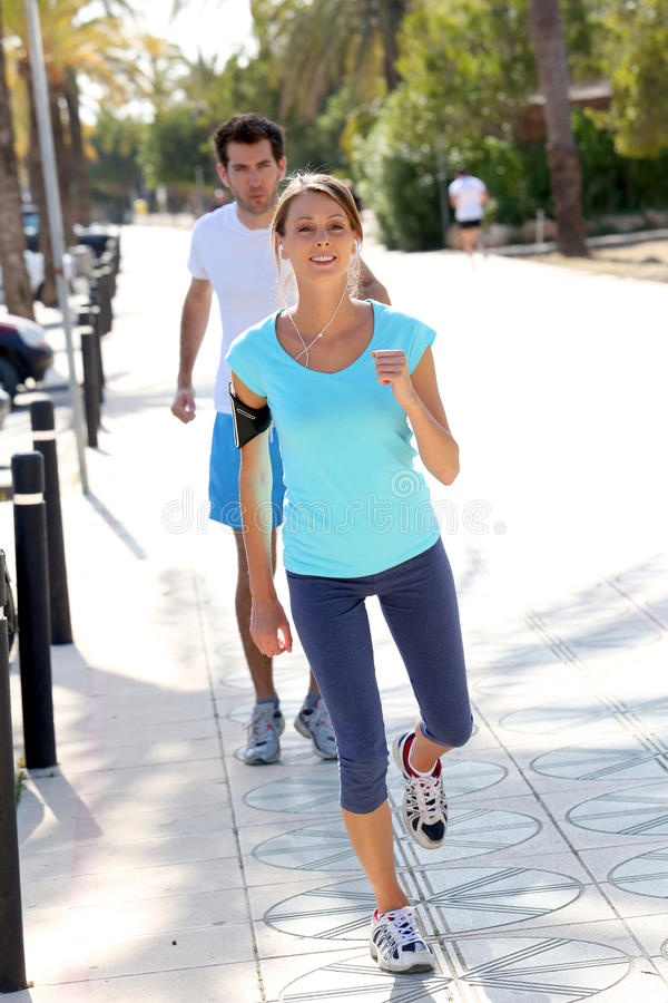 Par av att köra för joggers royaltyfri bild