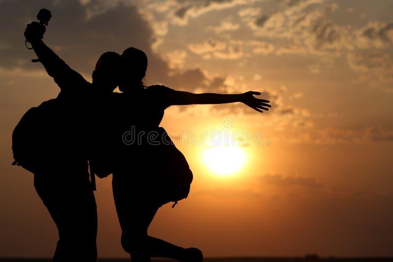 Par av bästa vän som tar selfie under solnedgång arkivbilder