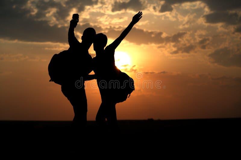 Par av bästa vän som tar selfie under solnedgång arkivbild