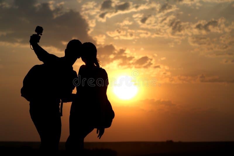 Par av bästa vän som tar selfie under solnedgång fotografering för bildbyråer