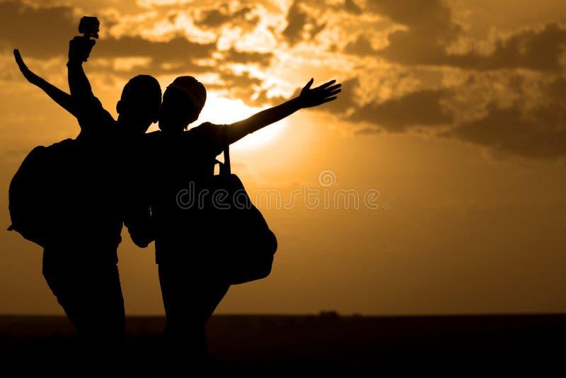 Par av bästa vän som tar selfie under solnedgång royaltyfri foto