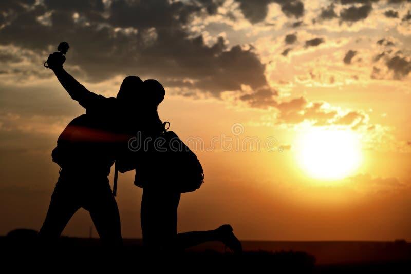Par av bästa vän som tar selfie under solnedgång royaltyfria foton