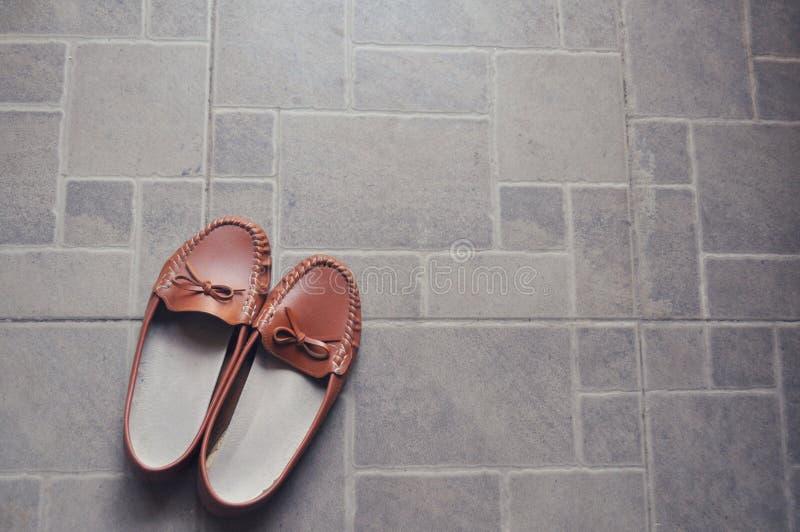 Par av bruna skor på jordningen royaltyfri bild