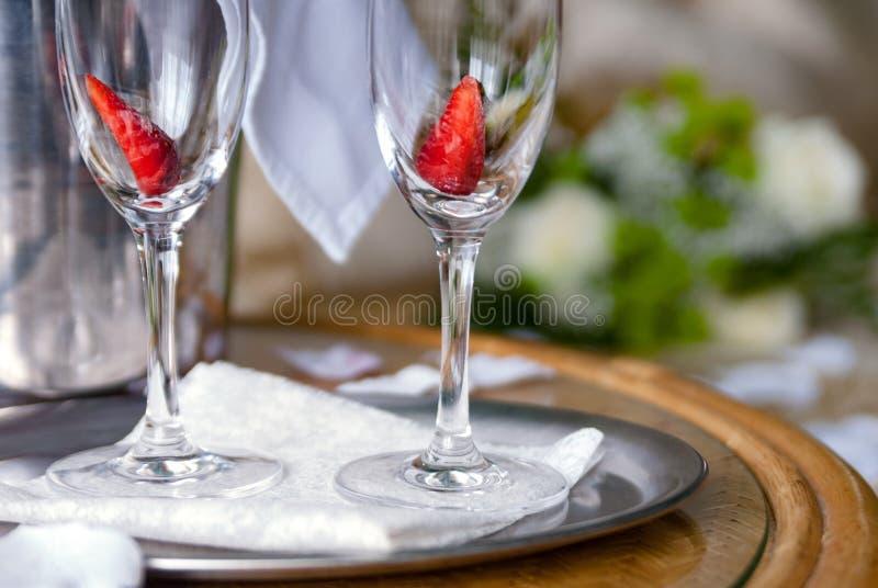 Par av champagneexponeringsglas med jordgubben inom arkivbilder